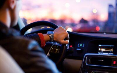 Bilister, der tjekker Facebook under kørsel, risikerer at miste dele af deres erstatning